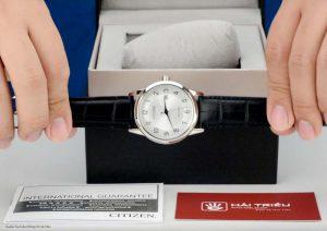 Leichte-flache-Armbanduhr-von-Citizen-mit-Ringsolar-und-Quarzwerk