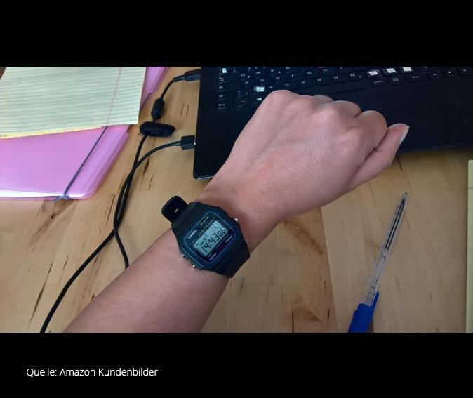 Armbanduhr am arm  Casio Collection Armbanduhr - Retro-Design Digitaluhr ...