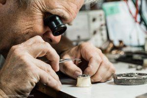 Uhrmacher prüft Herrenuhr Material