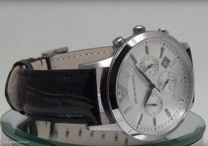 Emporio-Armani-Chronograph-mit-schwarzen-Uhrzeigern