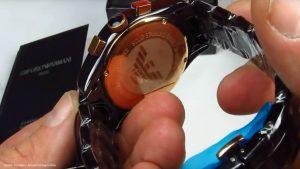 Luxusuhr-von-Armani-mit-Keramikarmband-in-Hochglanz-Optik